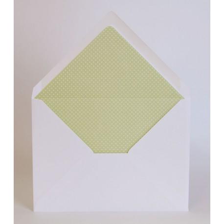 Sobre blanco para invitación con el forro interior verde lunares