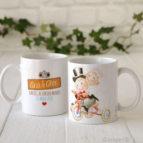 Original taza personalizada y decorada con Pit y Pita vestidos de novios en triciclo.