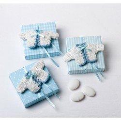 Broche chaqueta bebé en ganchillo blanca y azul con peladillas