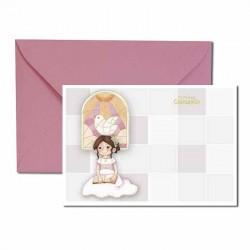 Pack 20 invitaciones Mi Primera Comunión niña sentada con vidriera al fondo más sobre rosa