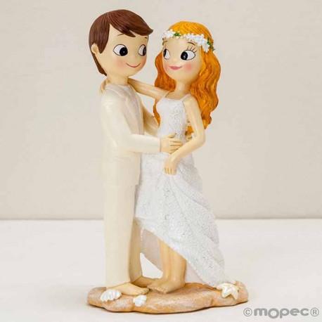 Figura de novios descalzos en la playa para la tarta de boda