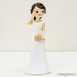 Figura novia sonrosada con la mano en la mejilla