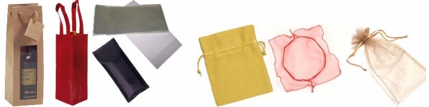 Bolsas para la presentación de regalos En esta categoría podrás ver bolsas para todos los detalles. Rafia, algodón, plástico, organza... Una amplia selección de bolsas de diferentes materiales para presentar los regalos y detalles de tus invitados.