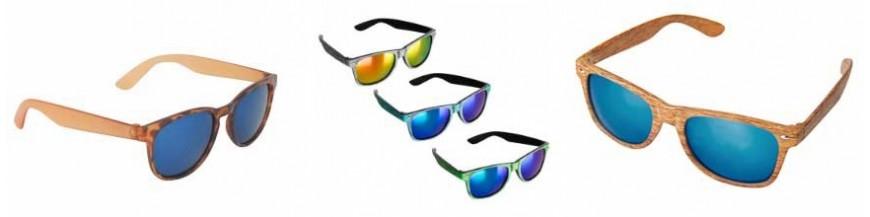 Detalles de boda para ellas: gafas de sol Divertidas gafas de sol para tus invitadas a tu boda, en diferentes colores y modelos. Da un toque personal y diferente a tu boda.