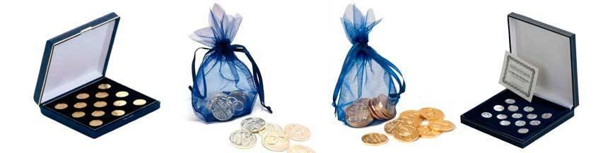 Arras para boda Son trece monedas que significan la promesa de compartir y cuidar los bienes futuros desde el momento del enlace.