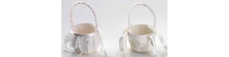 Cestas para arras Encontrarás en esta sección elegantes y originales cestas para llevar y presentar las arras. La delicadeza de sus tejidos y sus discretos detalles decorativos a base de finos lazos, volantes de tul, broches de brillantitos, perlas y...